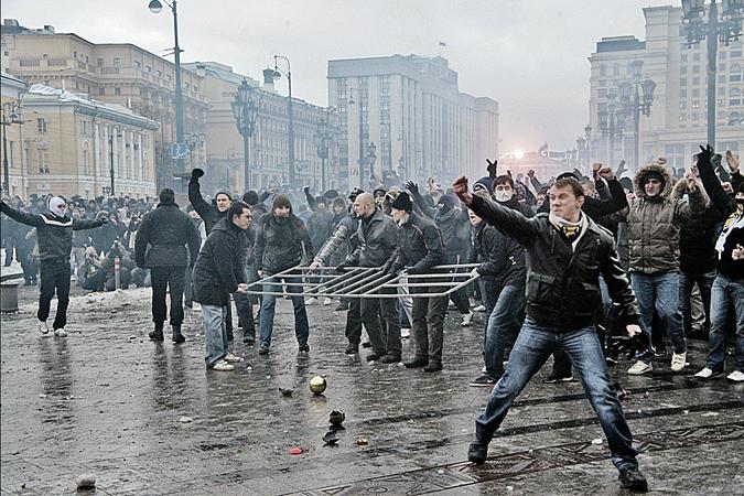 До массовых беспорядков на Манежной площади в декабре 2010 года россияне и предположить не могли, что в обществе накопилось столько агрессии. Фото: Сергей ШАХИДЖАНЯН