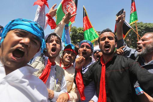 Выборы в Афганистане. Афганцы выкрикивают лозунги во время акции в поддержку кандидата в президенты Абдуллы Абдуллы в Кабуле. Фотография: Reuters