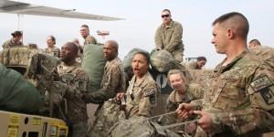 Rein nach oder raus aus Afghanistan via Manas: US-Soldaten beim Zwischenhalt.  Bild:  Foto: dpa