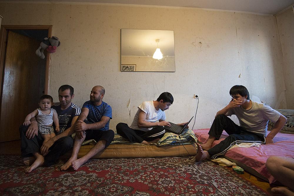 Семья мигрантов из Таджикистана Джураевых снимает квартиру в одном из районов Москвы /Фотография:Илья Питалев/РИА Новости