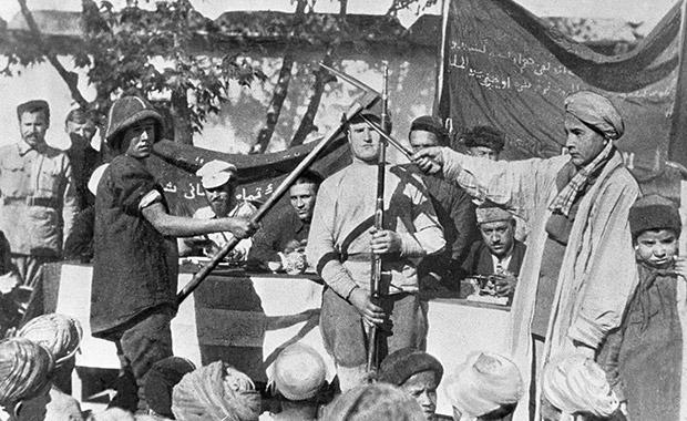 Дехкане записываются в добровольческий отряд по борьбе с басмачами Фото: архив РИА Новости