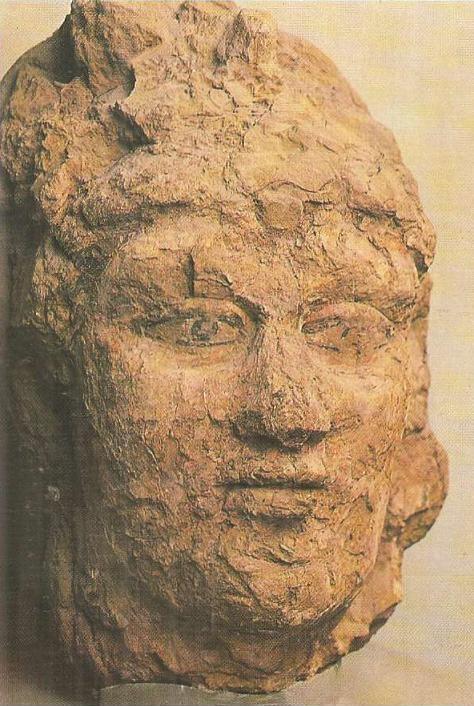 Города и поселения в кушанское время. Городище Топрак-кала, III в. н. э. Фрагмент мужской головы. Алебастр